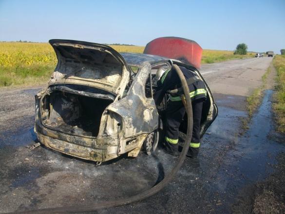 На Черкащині посеред дороги мало не вибухнуло авто (ФОТО)