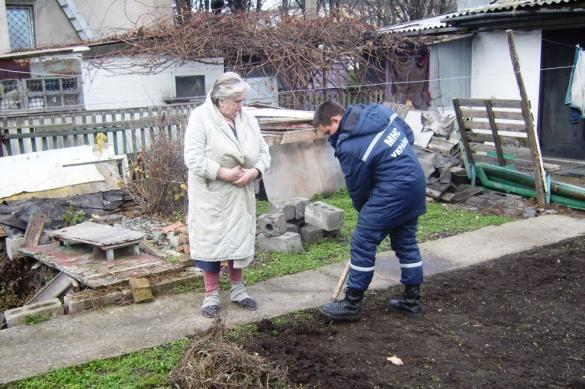 Рятувальники допомогли стареньким бабусям дістатися лікарні