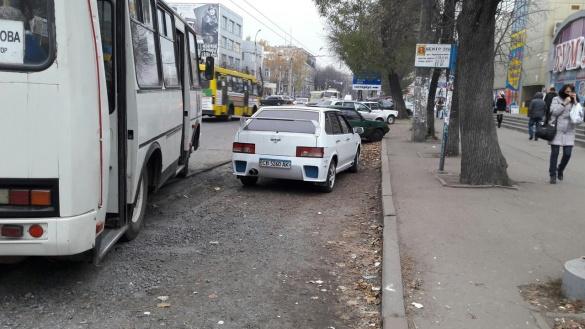 У центрі Черкас припарковане авто стало перешкодою для маршруток (ФОТО)