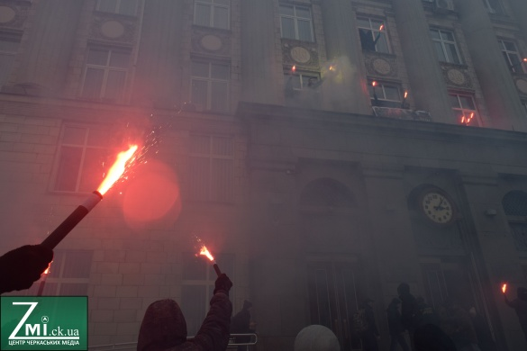 Біля Черкаської ОДА активісти запалили фаєра та довели чиновників до істерики (ФОТО, ВІДЕО)