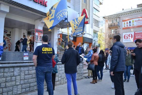 У Черкасах активісти знову розмалювали фарбою російські банки (ФОТО)