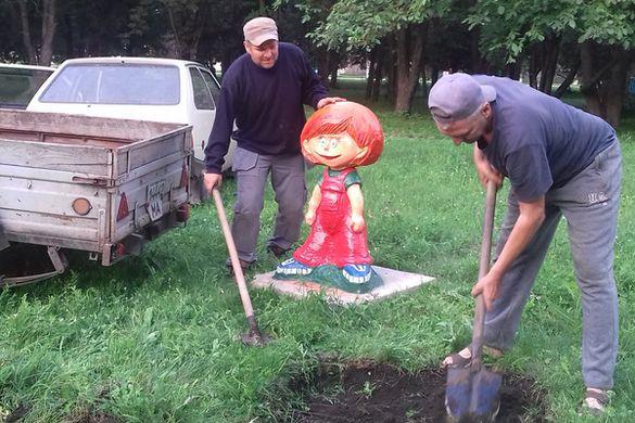 Житель Драбова зробив у місцевому парку скульптуру відомого героя мультика (ФОТО)