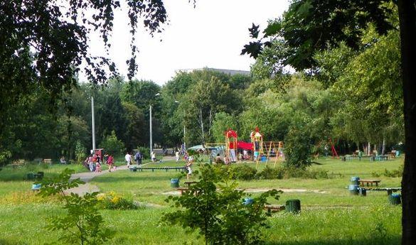 Нетверезий чоловік грубіянив підліткам в одному з місцевих парків (ВІДЕО)
