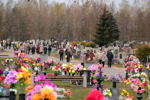 Синтетична пам'ять: щороку черкаські кладовища перетворюються на смітник із пластику