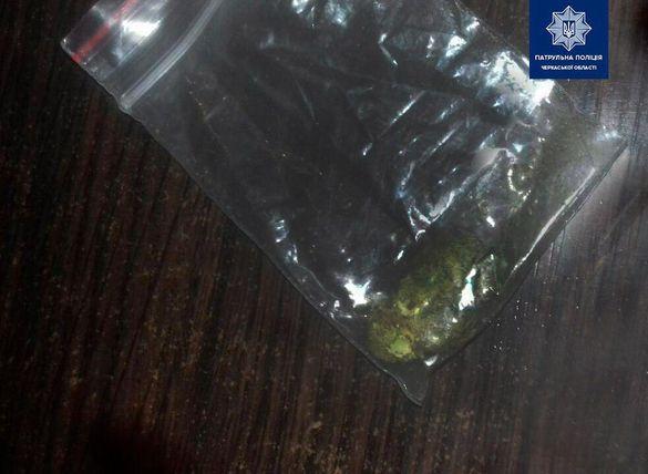 У черкащанина патрульні виявили речовини, схожі на наркотичні