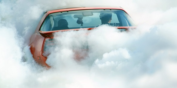 У середмісті на парковці загорівся автомобіль (ВІДЕО)