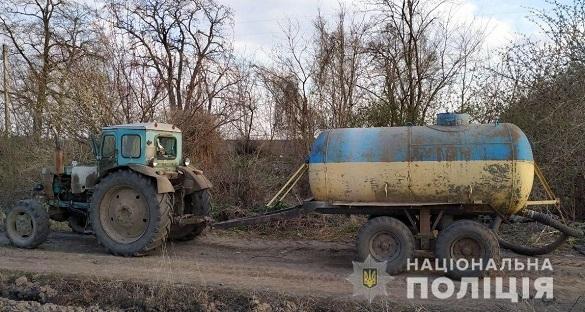 Жінка на Черкащині трактором зливала нечистоти у лісосмузі (ФОТО)