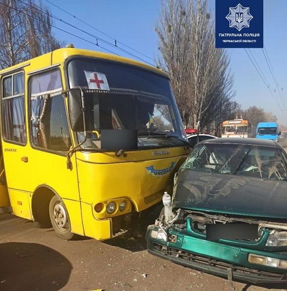 Автобус у Черкасах зіштовхнувся з легковиком (ФОТО)