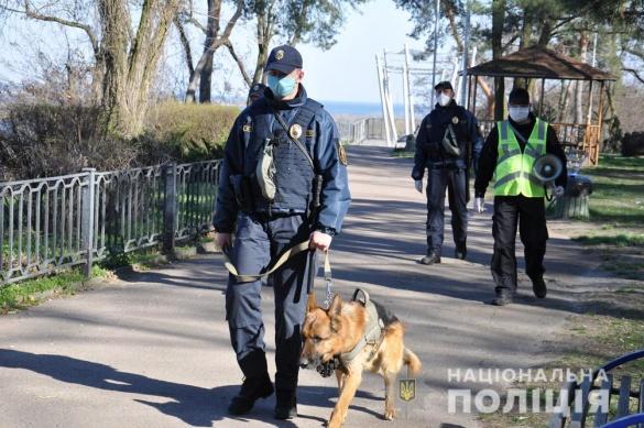 Нагадують про карантин: черкаські парки патрулюють поліцейські (ФОТО)