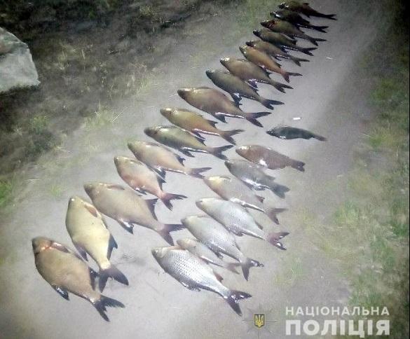 У браконьєрів на Черкащині, які ловили рибу сітками, знайшли ще й гвинтівку з глушником (ФОТО)