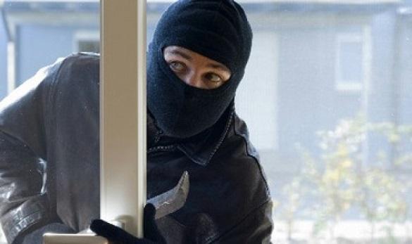 Чоловік у Черкасах викрав телефон з приватного будинку (ФОТО)