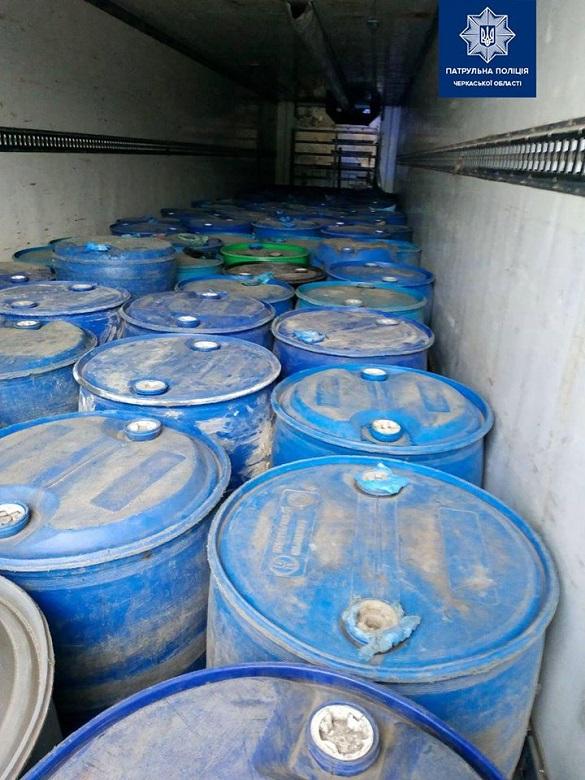 Виявили вантажівку на Черкащині, яка перевозила майже 100 бочок алкогольного фальсифікату (ФОТО)
