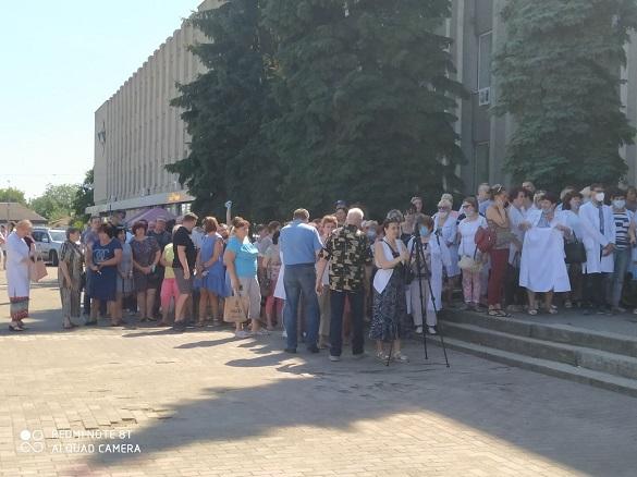 У центрі Сміли мітингують медики вже кілька днів (ФОТО)