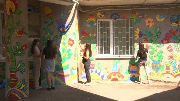 Учасники Черкаського молодіжного центру власноруч розфарбували фасад закладу (ФОТО)