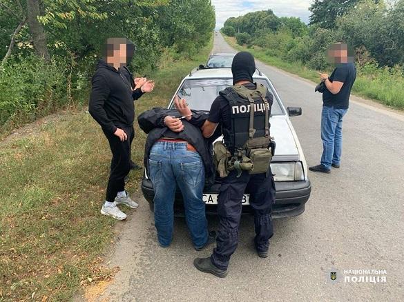 Черкаські поліцейські затримали зловмисників, які вимагали гроші з людей і погрожували розправою (ФОТО)