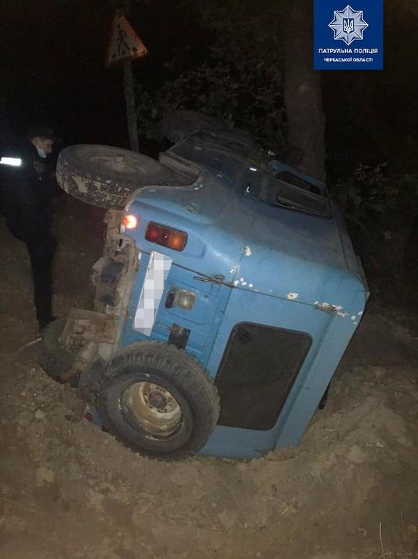 На виїзді з Черкас автомобіль злетів у кювет і перекинувся (ФОТО)
