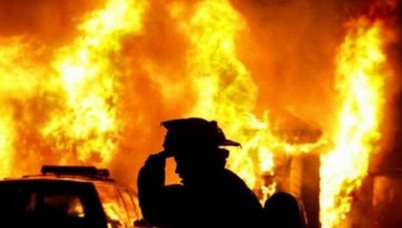 У Черкаській області під час пожежі згорів автомобіль та скутер (ВІДЕО)