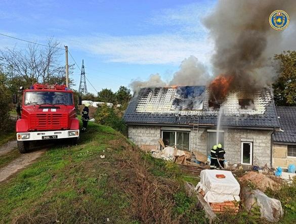 Через коротке замикання електромережі в Черкаській області загорівся будинок (ФОТО)