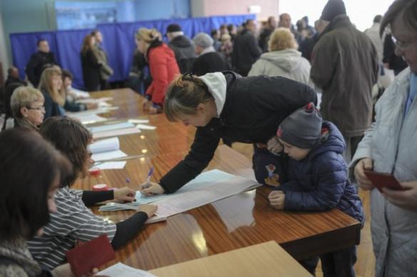 На Черкащині члени ДВК самостійно з рулонного паперу виготовляють пакунки для транспортування виборчої документації