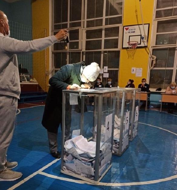 На деяких виборчих дільницях черкащани голосували