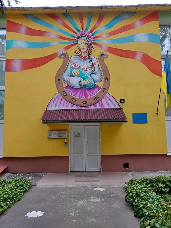 На фасаді дитячого садочка в Черкасах створили мурал (ФОТО)