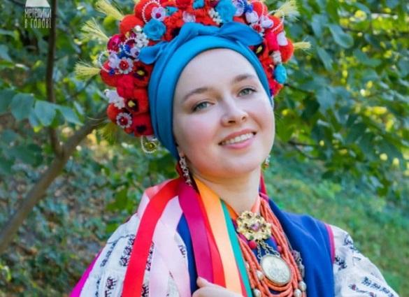 Заповнюють пробіли в історії: черкаські майстрині створюють традиційні вінки, які носили наречені 100 років тому