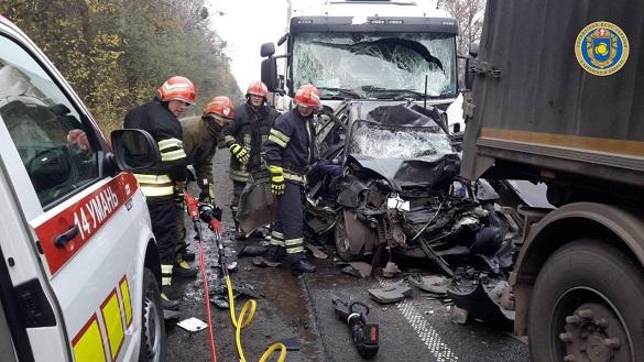 Між вантажівками затисло авто: на Черкащині сталася жахлива смертельна ДТП (ФОТО)