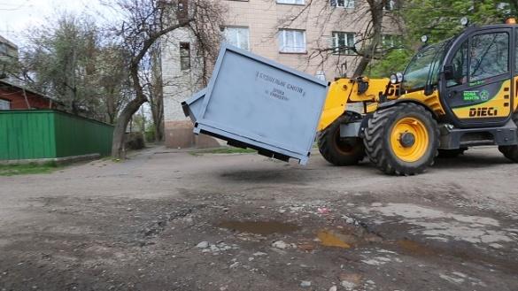 На двох вулицях у Черкасах демонтують контейнери для збору великогабариту