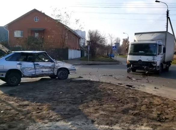 У Черкасах на нерегульованному перехресті сталася аварія (ВІДЕО)
