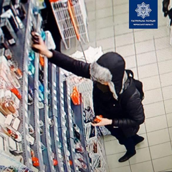 Знову крадіжка: в одному з черкаських магазинів чоловік поцупив дорогі парфуми (ФОТО)