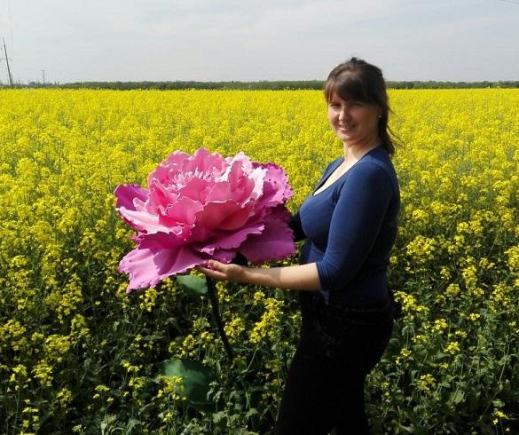 Майстриня з Черкащини виготовляє квіти у зріст людини (ФОТО)