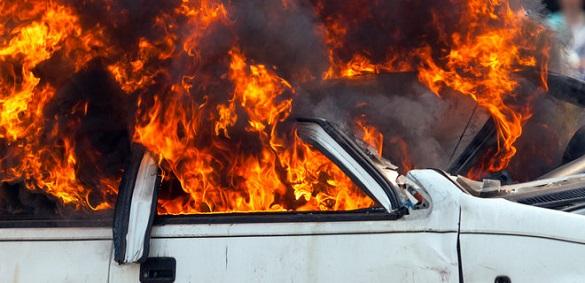 Імовірно підпал: у Черкасах загорівся автомобіль (ВІДЕО)