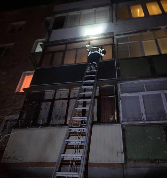 У Черкаській області рятували дівчину, яка випадково зачинилась на балконі
