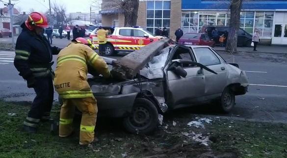 На автомобіль у Черкасах упав стовп: рух ускладнено (ФОТО, ВІДЕО)