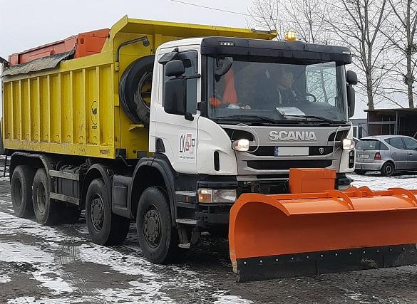 На автодорогах Черкащини під час снігопаду працює більше 50 одиниць спецтехніки