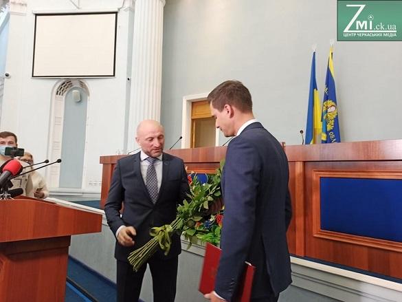 Мер Черкас подарував новому очільнику ОДА букет троянд (ФОТО)