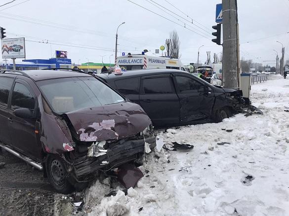 У Черкасах на повороті до пологового будинку сталася аварія: є постраждалі (ФОТО)