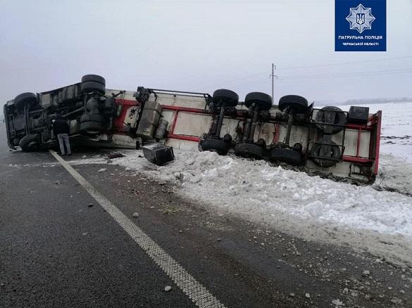 На Черкащині через ожеледицю перекинулася вантажівка (ФОТО)