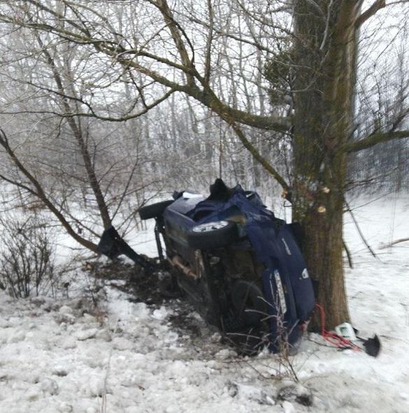 На Черкащині легковик злетів у кювет і врізався в дерево: постраждали троє людей