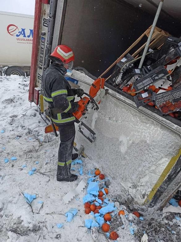 На Черкащині водій вантажівки, який перевозив фрукти, потрапив у ДТП