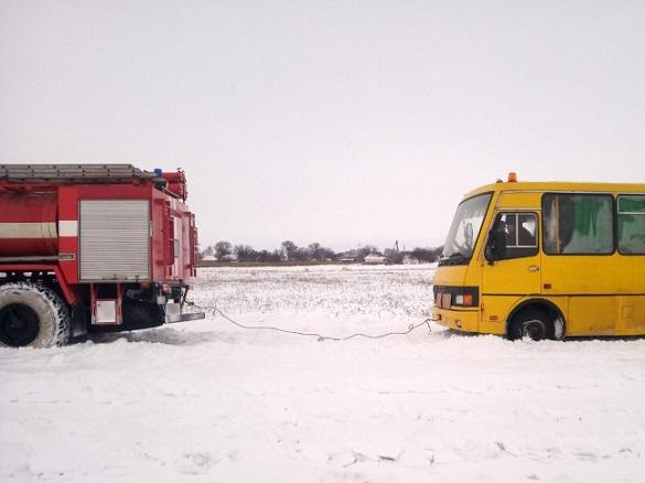 Сніговий полон: у Черкаській області рятувальники із замету витягнули автобус із пасажирами
