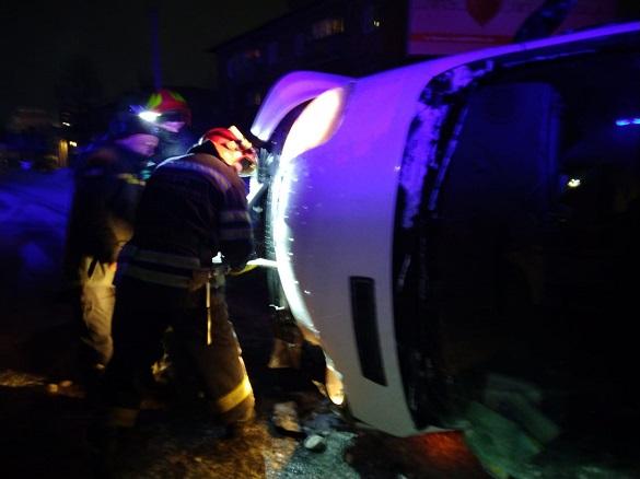 У Черкасах мікроавтобус врізався у дерево: один чоловік загинув, інший травмувався