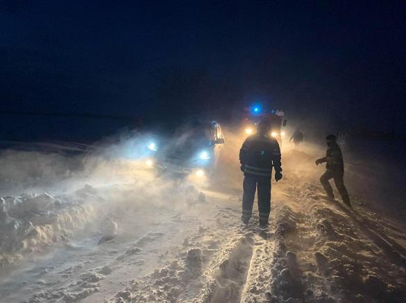 На Черкащині автомобіль із немовлям застряг у сніговому заметі
