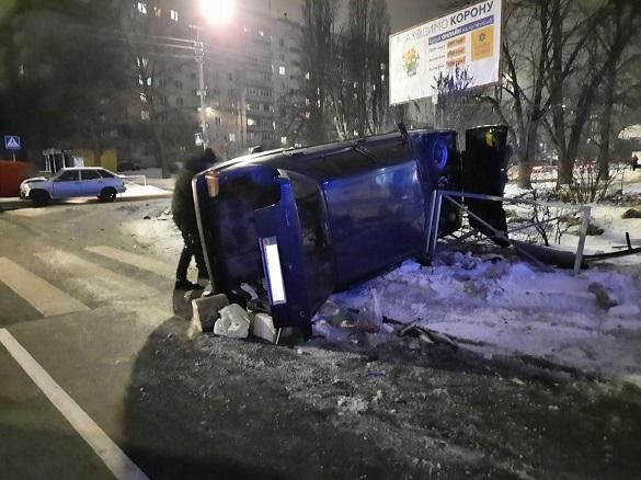 У Черкасах сталася ДТП із постраждалою: одне авто перекинулось (ФОТО)