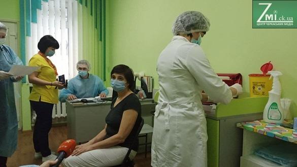 Понад 100 осіб вакцинують сьогодні в інфекційній лікарні Черкас (ФОТО, ВІДЕО)