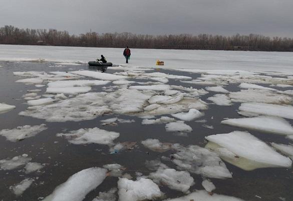 У Черкаській області рибалка опинився на кризі та не міг дістатися до берегу