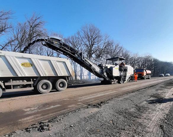 На обході Черкас відновлюють ділянку дороги, яка не ремонтувалась  понад 40 років (ФОТО)