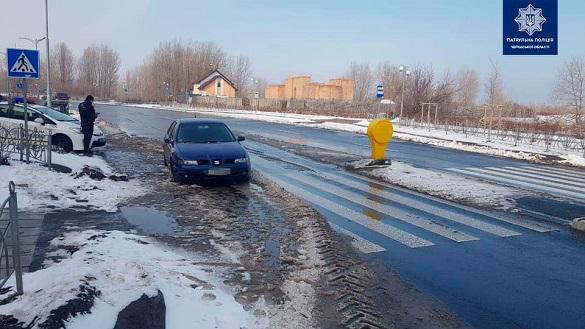 Стояв на пішоходному переході зі спущеними колесами: в Черкасах евакуювали авто на штрафмайданчик (ФОТО)