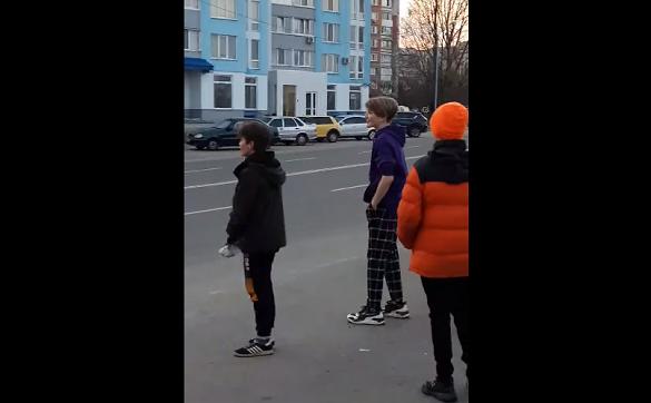 Небезпечні розваги: в Черкасах діти перебігали дорогу перед машинами та кидали їм під колеса пляшки