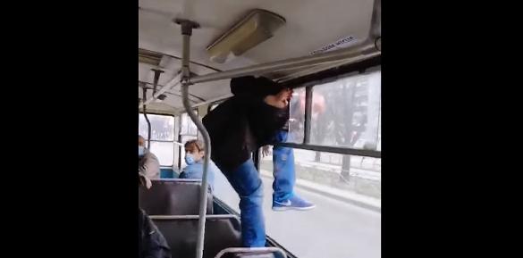 Ударив кондукторку та втік через вікно: у черкаському тролейбусі стався конфлікт (ВІДЕО)